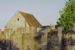中世纪墙壁和大厦 免版税图库摄影