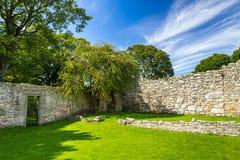 中世纪墙壁在一个公园在苏格兰 免版税库存图片