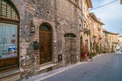 中世纪大厦在阿西西,翁布里亚,意大利意大利小山镇  库存照片