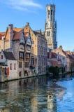 中世纪大厦的反射在布鲁日,比利时 免版税库存照片