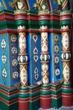 中世纪大厦的门面的元素 色的栏杆的支绘了样式 库存照片