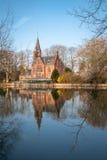 中世纪大厦(城堡)在Love湖, Minnewater公园在布鲁日,比利时 免版税库存照片