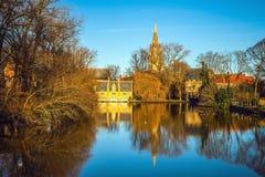中世纪大厦& x28; Castle& x29;在Love湖, Minnewater公园在布鲁日,比利时 库存照片