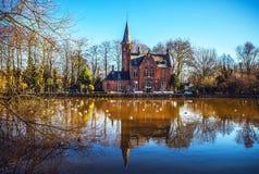 中世纪大厦& x28; Castle& x29;在Love湖, Minnewater公园在布鲁日,比利时 库存图片