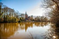 中世纪大厦& x28; Castle& x29;在Love湖, Minnewater公园在布鲁日,比利时 免版税库存照片