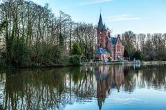 中世纪大厦& x28; Castle& x29;在Love湖, Minnewater公园在布鲁日,比利时 免版税库存图片