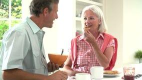 中世纪夫妇食用早餐一起在厨房 影视素材