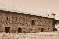 中世纪宫殿的好的幻想重建在村庄Racos,特兰西瓦尼亚 免版税图库摄影