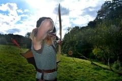 年轻中世纪射手,如果目标瞄准与箭头和曲线秸杆 免版税图库摄影