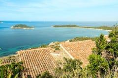 中世纪屋顶和钟楼的风景看法从Eze村庄的顶端镇法国海滨 库存照片