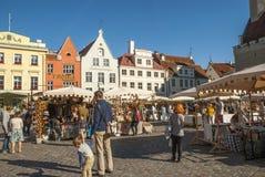 中世纪市场在塔林老镇中心,爱沙尼亚 库存照片