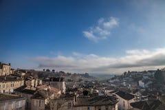 中世纪市的全景圣Emilion,有wineyards的法国在背景中,在一个晴朗的下午期间 免版税库存图片