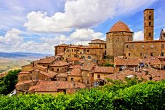 中世纪意大利小山镇 免版税库存图片