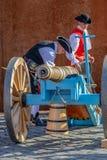 中世纪战士准备在街道上的大炮 库存照片