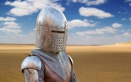 中世纪战士在沙漠 免版税库存图片