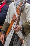 中世纪战士的背景有步枪的 免版税图库摄影