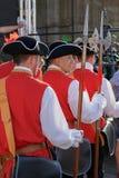 中世纪战士那前进在街道上 免版税库存图片