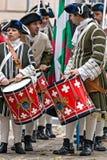 中世纪战士鼓手画象在街道上的 图库摄影
