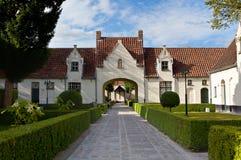中世纪房子和树之前围拢的正方形在布鲁日/布鲁基,比利时 免版税库存照片