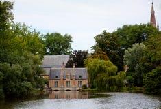 中世纪房子在布鲁日/布鲁基,比利时公园  免版税图库摄影