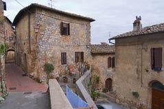 中世纪房子的外部在早期的春天在圣吉米尼亚诺,意大利 免版税库存照片