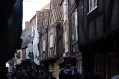 中世纪房子的门面摇晃不稳街道的在约克 免版税库存图片