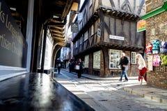 中世纪房子的门面摇晃不稳街道的在约克 免版税库存照片