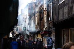 中世纪房子的门面有烟的在摇晃不稳街道在约克 免版税库存图片