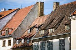 中世纪房子铺磁砖的屋顶在里加的中心 免版税图库摄影