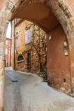 中世纪拱廊在鲁西永,普罗旺斯,法国 库存图片