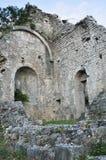 中世纪教会的黑山废墟 免版税库存图片