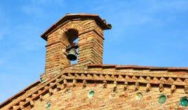 中世纪教堂钟在圣吉米尼亚诺,意大利 免版税库存照片