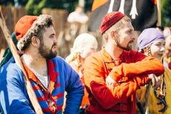 中世纪文化节日的战士参加者  库存图片