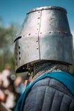 中世纪文化节日的骑士参加者  图库摄影