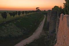 中世纪普罗万城市墙壁日落的在法国 免版税库存照片