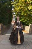 中世纪服装的夫人 免版税库存照片
