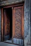 中世纪木门的细节与装饰品的 库存照片