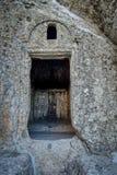 中世纪木门的细节与装饰品的 库存图片