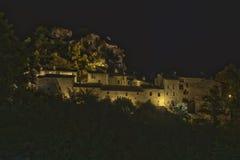 中世纪村庄在星下的晚上 免版税库存照片