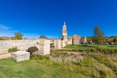 中世纪桥梁和Burgo de Osma镇 免版税库存照片