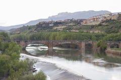 中世纪桥梁在钦琼特佩克火山de la Sonsierra,拉里奥哈,西班牙 免版税库存图片