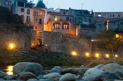 中世纪桥梁夜照片有城市门的 Besalu,卡塔龙尼亚 免版税图库摄影