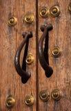 中世纪橡木门和古铜把柄 caceres西班牙 科教文组织世界遗产站点 免版税库存照片
