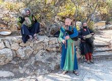 中世纪欧洲服装的音乐家演奏在风笛和鼓的音乐在年鉴节日`耶路撒冷骑士` 库存照片