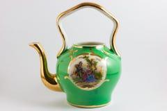 中世纪浪漫绿色和金茶壶 免版税库存照片