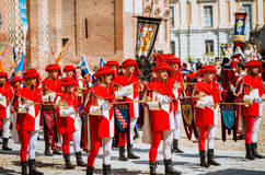 中世纪游行的区的摇旗和号手 库存照片