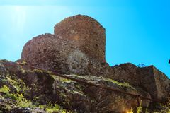 中世纪热那亚人的堡垒羽管键琴的废墟 免版税库存图片