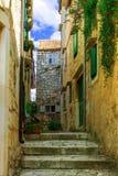 中世纪狭窄的街道在老镇 免版税库存照片