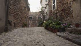 中世纪狭窄的鹅卵石街道在Valdemossa村庄 股票视频