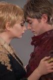 中世纪的夫妇 在中古服装的情人节 巡回表演者 库存图片